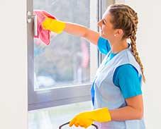 Putzfrau reinige die Schreiben und den Fensterrahmen